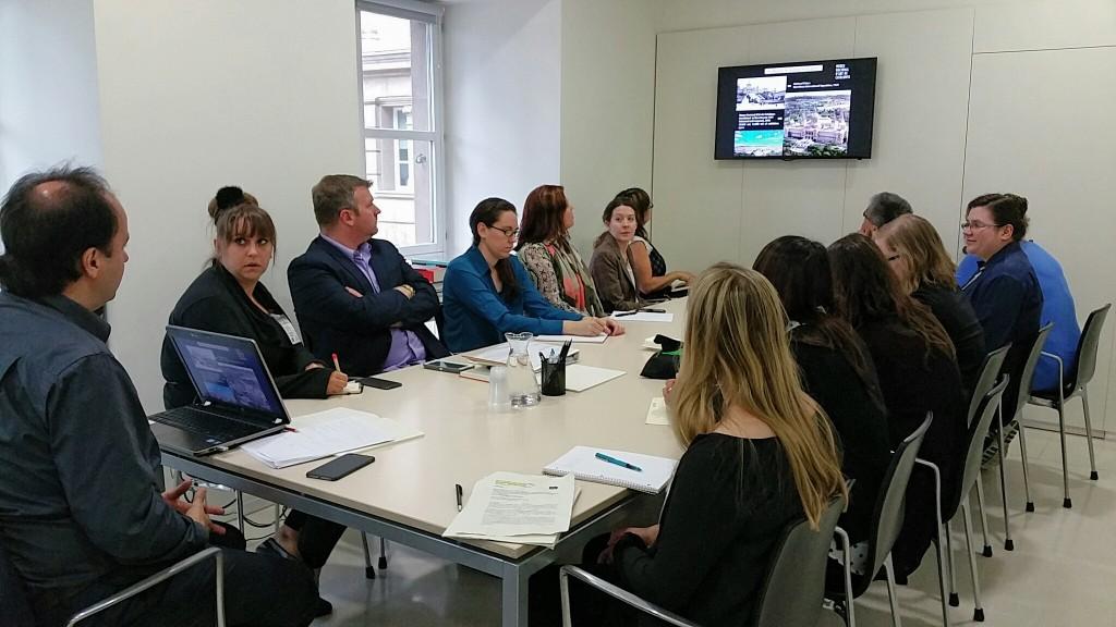 El grup JHU al despatx del director, Pepe Serra, en una de les sessions inicials. Foto: Conxa Rodà