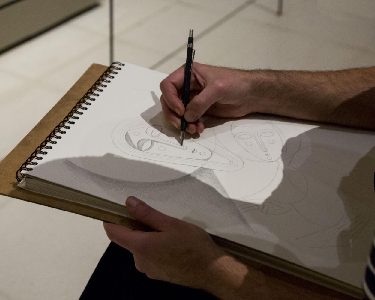 L'artista treballant en una de les obres