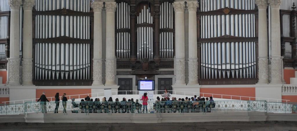 Reunió interna d'estratègia en un lloc insòlit, sota l'orgue