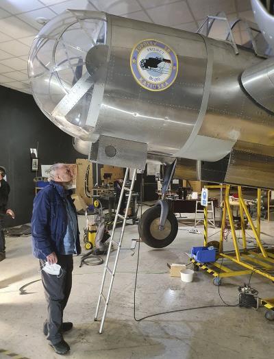 Francesc Torres delante de un avión Katiuska