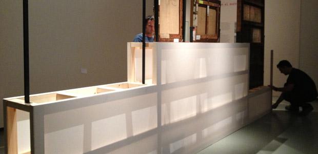 Muntatge de l'exposició El museu explora. Obres d'art a examen al Museu Nacional d'Art de Catalunya. La senzillesa dels materials naturals, en estat pur, sense tractaments, aporta l'atmosfera de «taller d'art» en relació amb el discurs expositiu. (Foto Anna Alcubierre).
