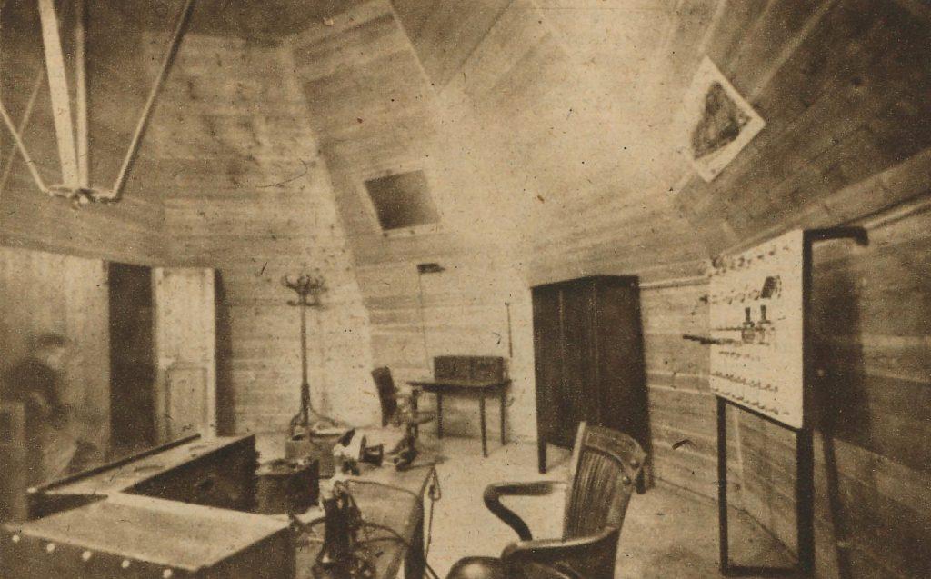 """Sala de bateries de la cúpula de l'""""Hotel Colón"""".  Destino (núm. 386, 9/12/1944, p. 6). Font: ARCA"""