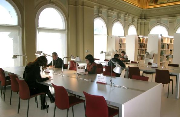 Sala de lectura de la Biblioteca Joaquim Folch i Torres, Museu Nacional d'Art de Catalunya.
