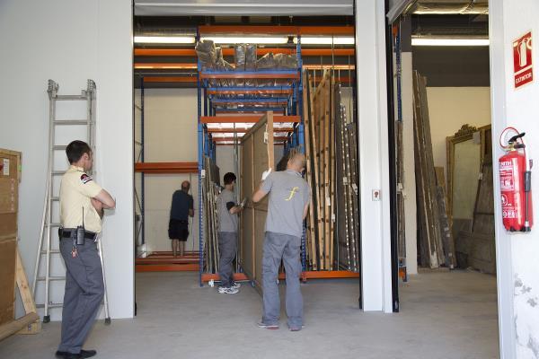 Moviments interns d'obres d'art amb el acompanyament de seguretat