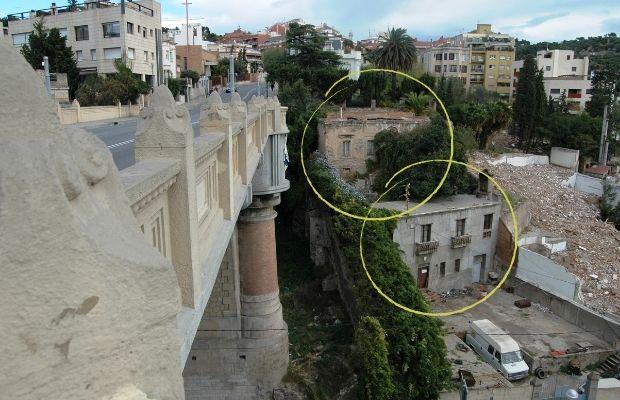 El puente de Vallcarca y a la izquierda, la casa neoclásica derruida, 2009. Foto: Marc Fontbona