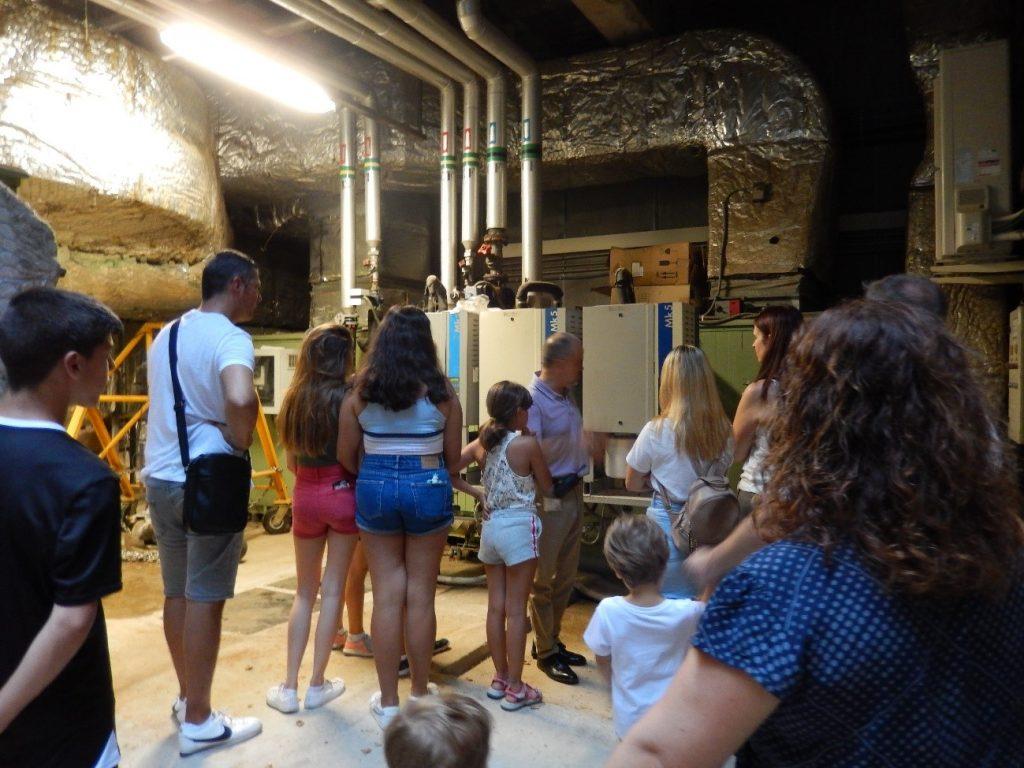 Visitant les galeries subterrànies del museu